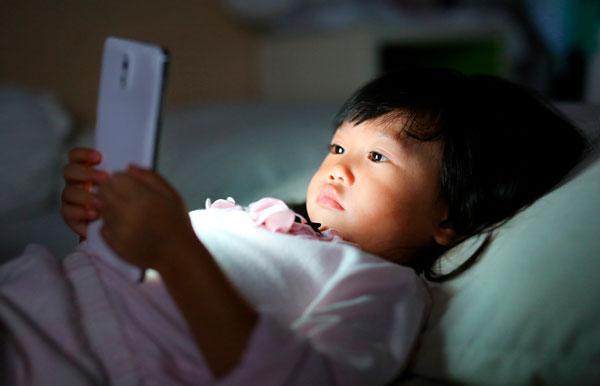¿Conoces los peligros del uso excesivo de dispositivos tecnológicos en el desarrollo de tus pequeños?