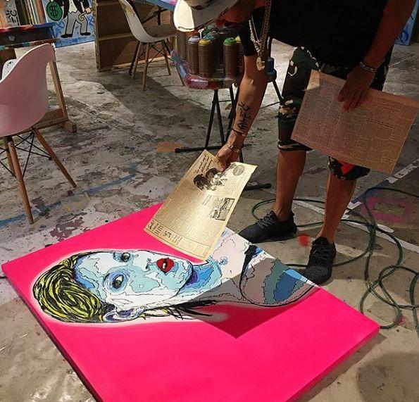 Alec Monopoly pintando un cuadro
