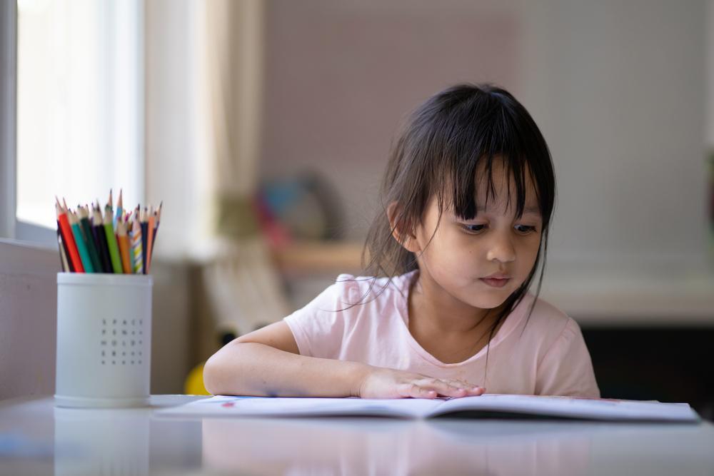¿Cómo puedo mejorar la comprensión lectora de mi hijo durante clases virtuales?