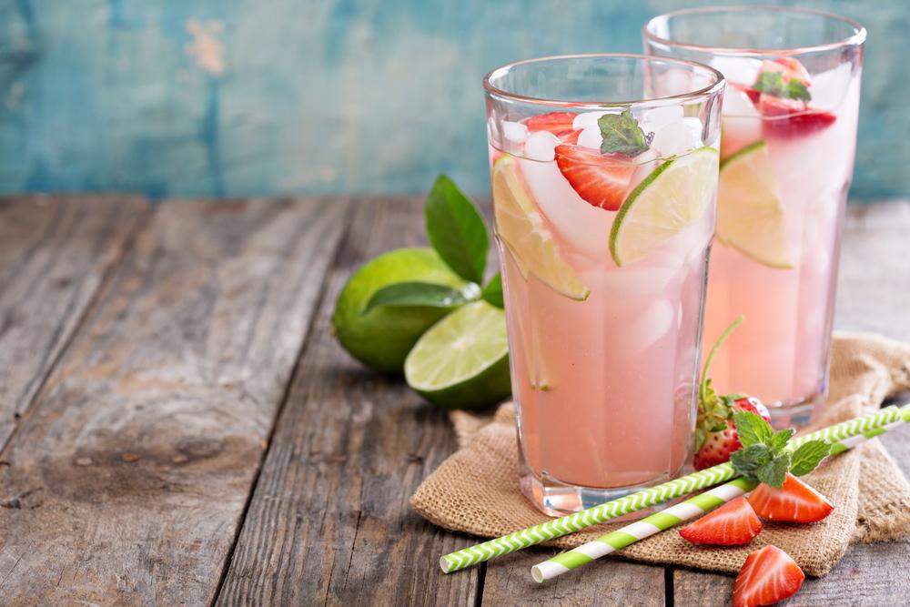 jugo de fresas, limón y albahaca