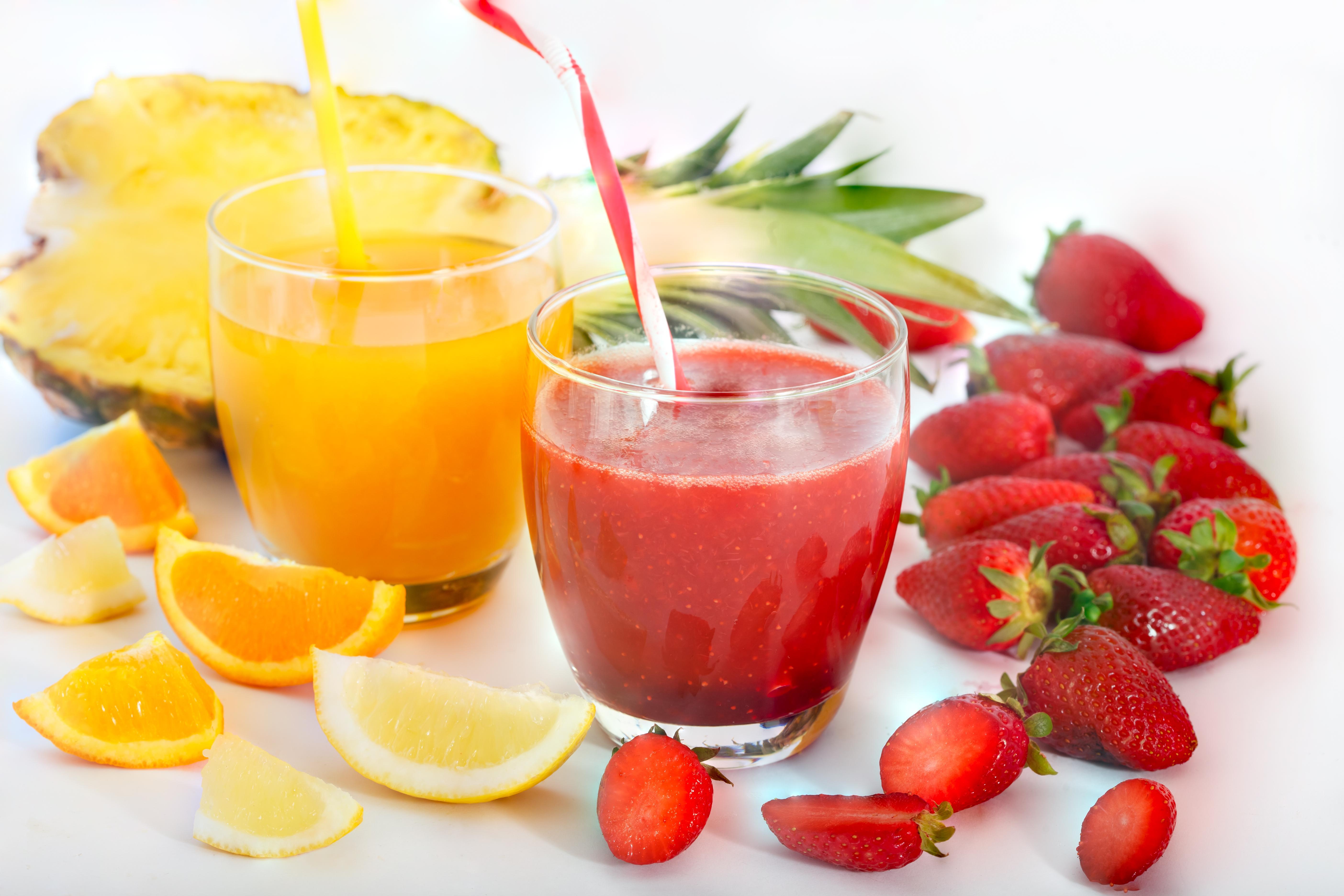 bebidas refrescantes de piña fresa y naranja