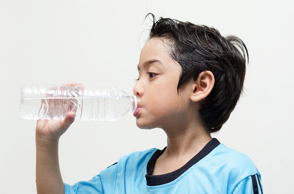 ¿Qué dice el color de la orina de los niños sobre su salud?