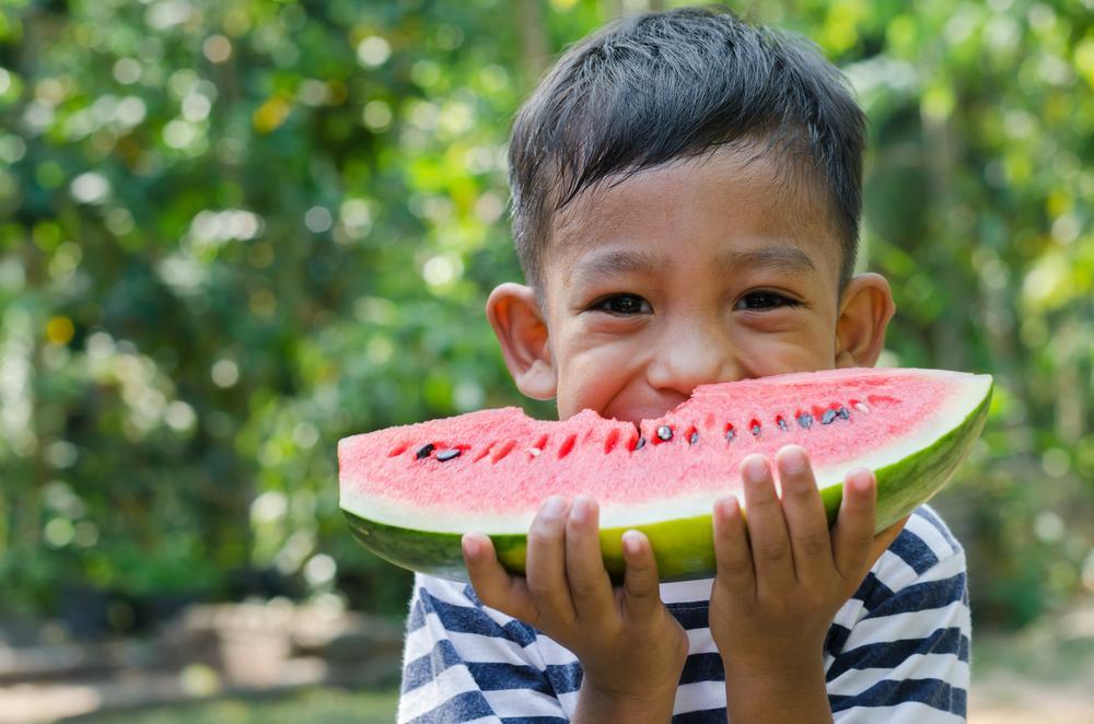 ¿Tu hijo no toma agua? Alimentos hidratantes para mantenerlo saludable