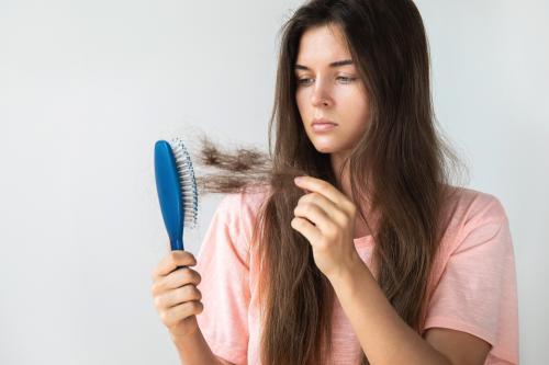 Cómo evitar la caída del cabello: Causas y remedios caseros