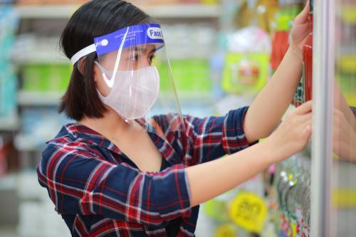 Protector facial: cómo elegir el más adecuado, cómo usarlos y cuándo son necesarios
