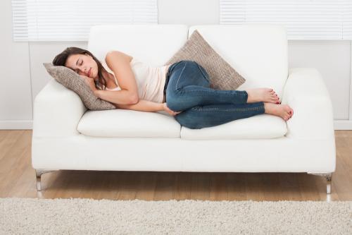 Dormir en el día: ventajas, desventajas y recomendaciones
