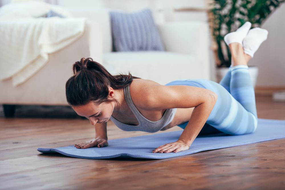 5 ejercicios para fortalecer brazos y hombros sin pesas