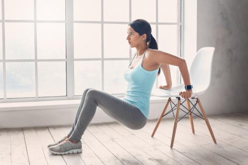 7 ejercicios que puedes hacer en casa con una silla y dos botellas