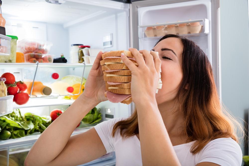 Cómo reconocer y evitar el hambre emocional en casa
