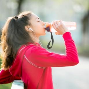 ¿Cuál es la forma correcta de beber agua?
