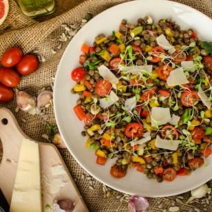Saludable y nutritiva ensalada de lentejas