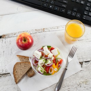 4 tips para que la ensalada de tu lonchera se vea (y sepa) mejor