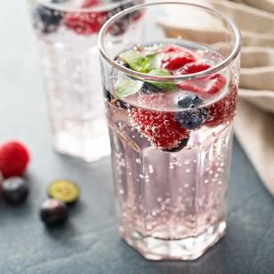 ¿Es aconsejable tomar agua con gas regularmente?