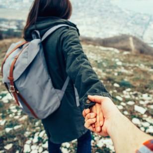 Las parejas que viajan juntas se mantienen juntas