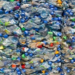 Esas botellas en la basura pueden servir para construir casas