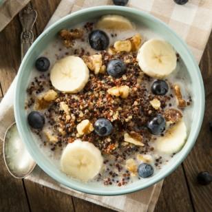 Bowl de quinua con frutas y almendras