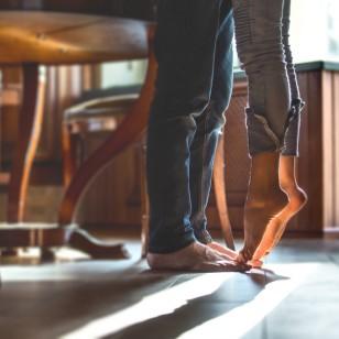 ¿Sabías que repartir las labores de la casa puede mejorar tu vida sexual?