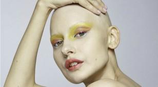 Modelo que perdió la mandíbula por el cáncer posa por primera vez