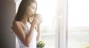 Este simple estiramiento lo puedes hacer mientras preparas café