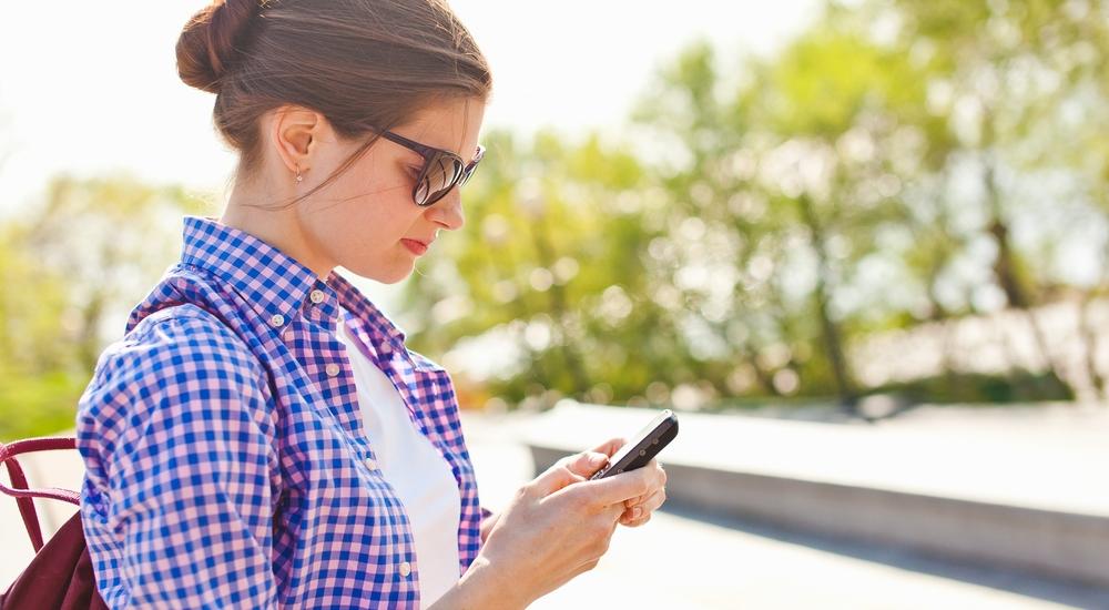 Tu cuello está sufriendo con tu celular: te explicamos por qué