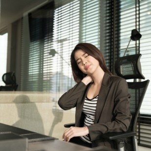 Un estiramiento muy sencillo para corregir tu postura