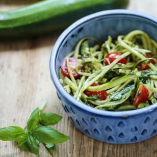 Ligera pasta (¡sin pasta!) de zucchini con pesto y tomate