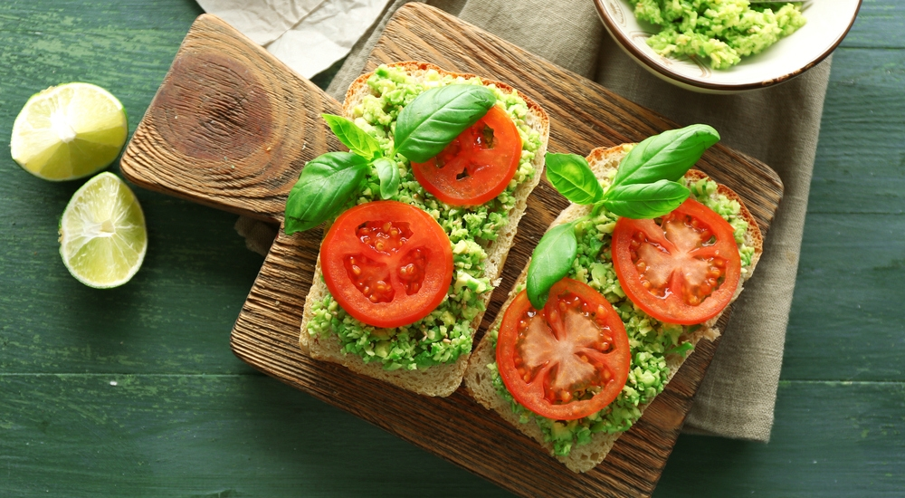 Sánguche de tomate y palta para nuestra flora intestinal