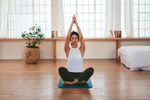 Yoga en casa: 8 posturas para aliviar la ansiedad y el estrés del aislamiento social